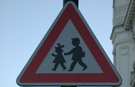 Señal de peligro por la presencia de un centro escolar, niños. República Checa