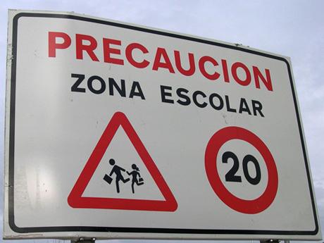 Señal de peligro por la presencia de un centro escolar, niños. España
